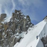 Alpinista italiana investita da un colata di neve precipita e muore sul