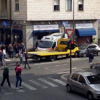 Carro attrezzi contro ambulanza, paura a Torino: sfondata la vetrina di