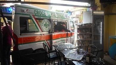 Carro attrezzi contro ambulanza, paura  in via Marsigli: sfondato bar, 5 feriti/   Foto