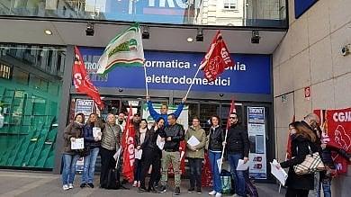 """Torino, la protesta dei lavoratori di Trony:     """"Siamo una risorsa  non un costo"""""""
