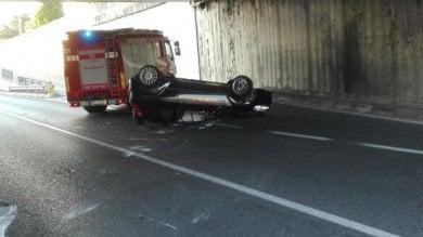 Dorme in auto, i pompieri lo svegliano, lui scappa e si schianta contro un'altra vettura
