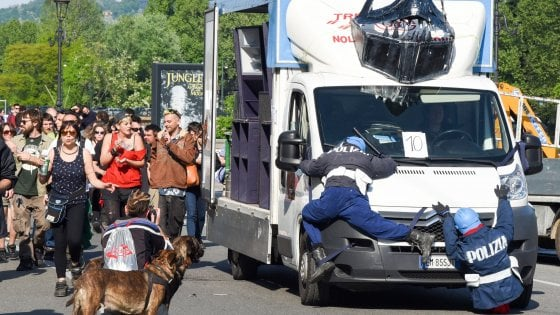 Torino, poliziotti-fantoccio investiti durante il corteo pro cannabis: l'immagine shock scatena le polemiche
