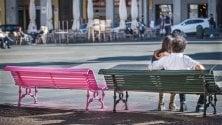 """Telefoni, panchine, bici abbandonate: la """"Pantera Rosa"""" dipinge il centro"""