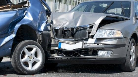 Torino: sette incidenti in sette giorni, denunciata per truffa, ma è solo maldestra alla guida