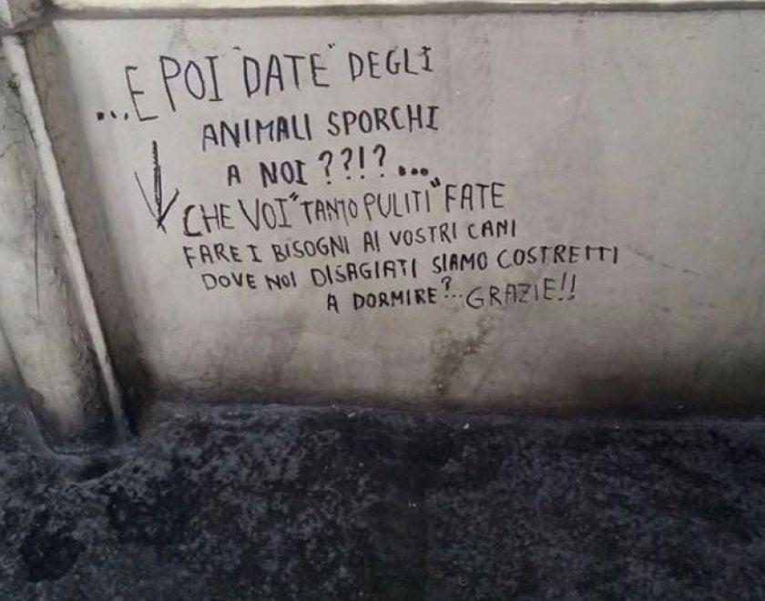 """Torino, clochard contro i padroni di cani: """"Non sporcate dove dormiamo noi"""""""