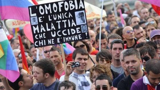 Torino, premi in busta paga ai dirigenti del Comune che combattono l'omofobia