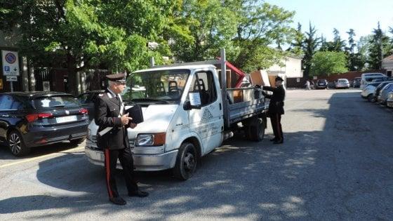 Fumo e puzza a Beinasco, i carabinieri spengono i roghi del campo ...