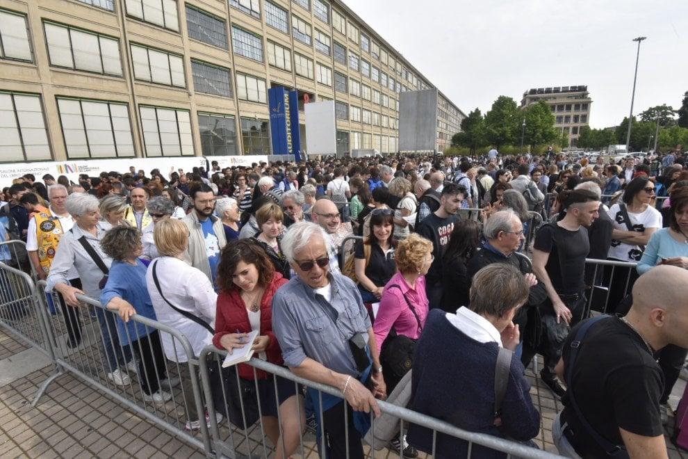 Salone del Libro a Torino, in fila per i controlli