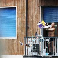 Torino, si barrica in casa e minaccia di sparare. Poi butta tutto dal balcone