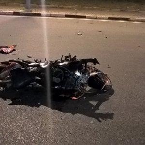 Torino: alla rotonda perde il controllo della moto e muore