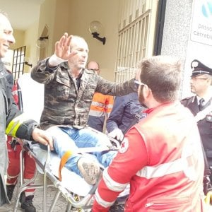 Torino si è arreso dopo 22 ore l'uomo che si era barricato in casa bloccando un quartiere