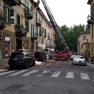 Crolla il cornicione e un pezzo di tetto in una palazzina di via Romani