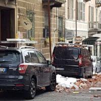 Crolla un cornicione danneggiate cinque auto