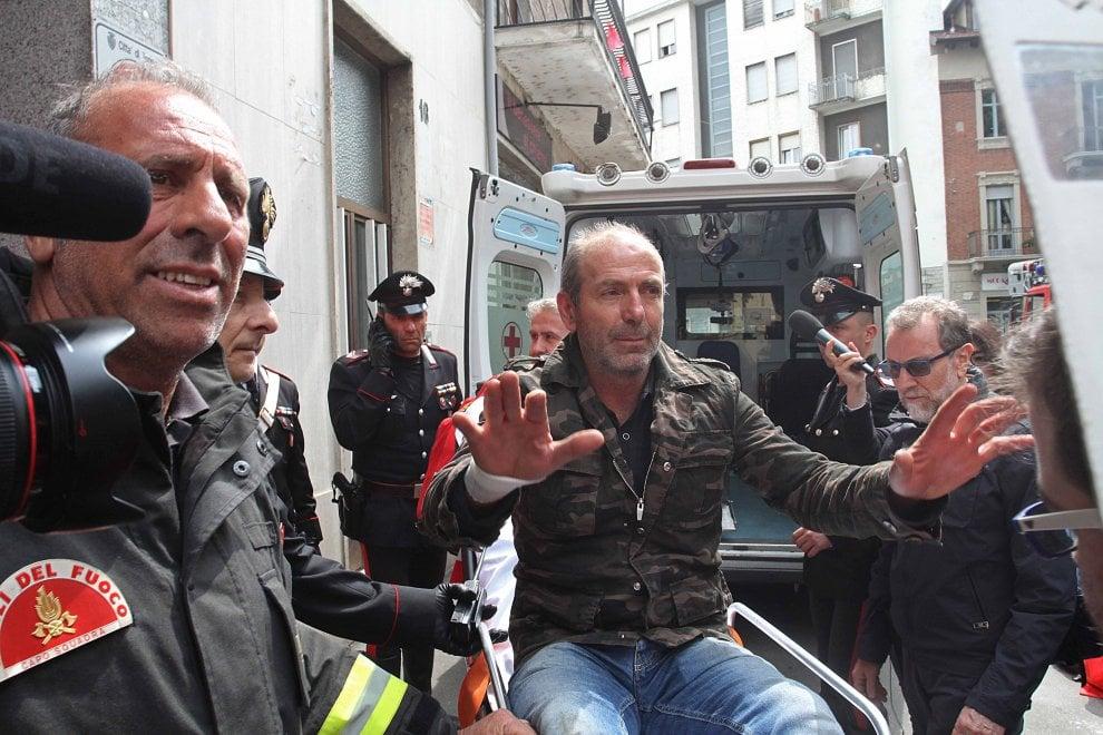 """Torino, si """"arrende"""" l'uomo rimasto barricato in casa 22 ore"""