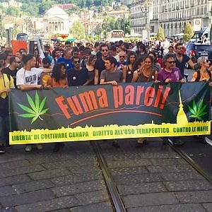 """Consiglieri M5s e giovani del Pd al corteo """"Fuma parei"""" per la liberalizzazione della cannabis"""