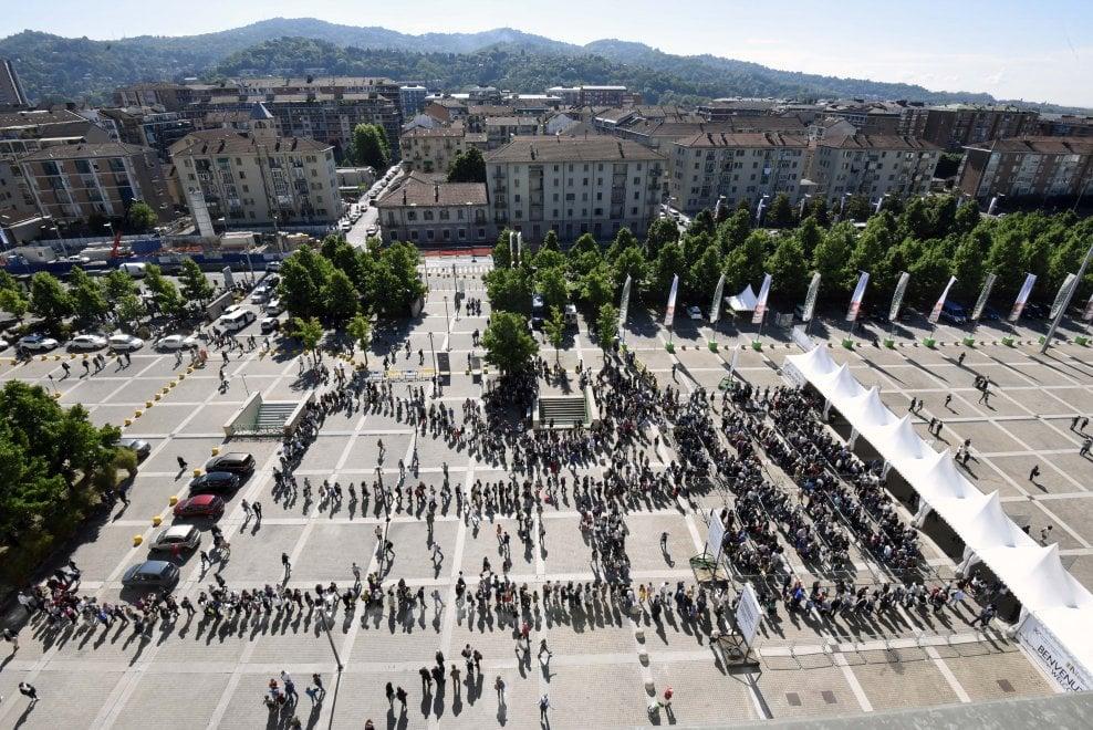 Torino, assalto al Salone del Libro: ecco le immagini