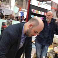 Torino, Saviano a sorpresa nello stand Feltrinelli al Salone: ed è subito coda