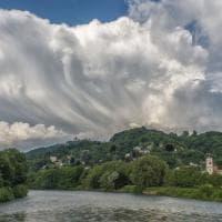 Torino, il cielo diventa una tela dipinta con pennellate di nuvole