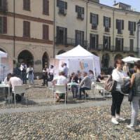 """Vercelli, selezioni in piazza per gli aspiranti magazzinieri nel futuro """"hub"""" di Amazon"""