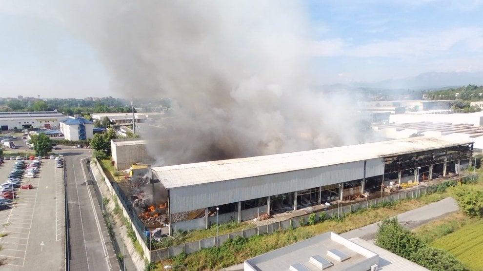Pianezza, 16 squadre dei vigili del fuoco per il rogo nell'azienda di smaltimento rifiuti