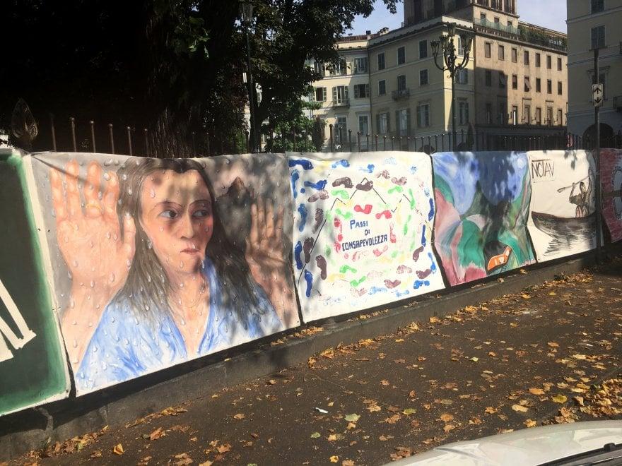 Torino, mostra a cielo aperto di pittori No Tav in piazza Carlo Felice