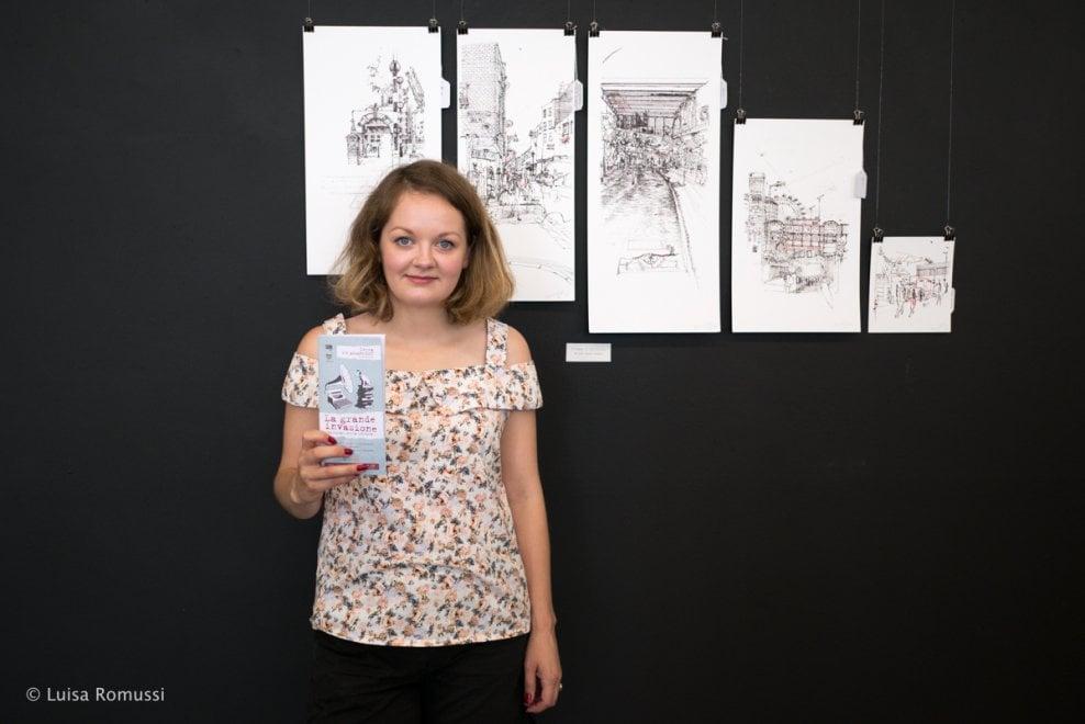 """Keira, in mostra a Ivrea le opere della londinese che """"dipinge"""" con la macchina per scrivere"""