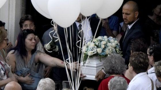 Funerali neonato morto dopo abbandono