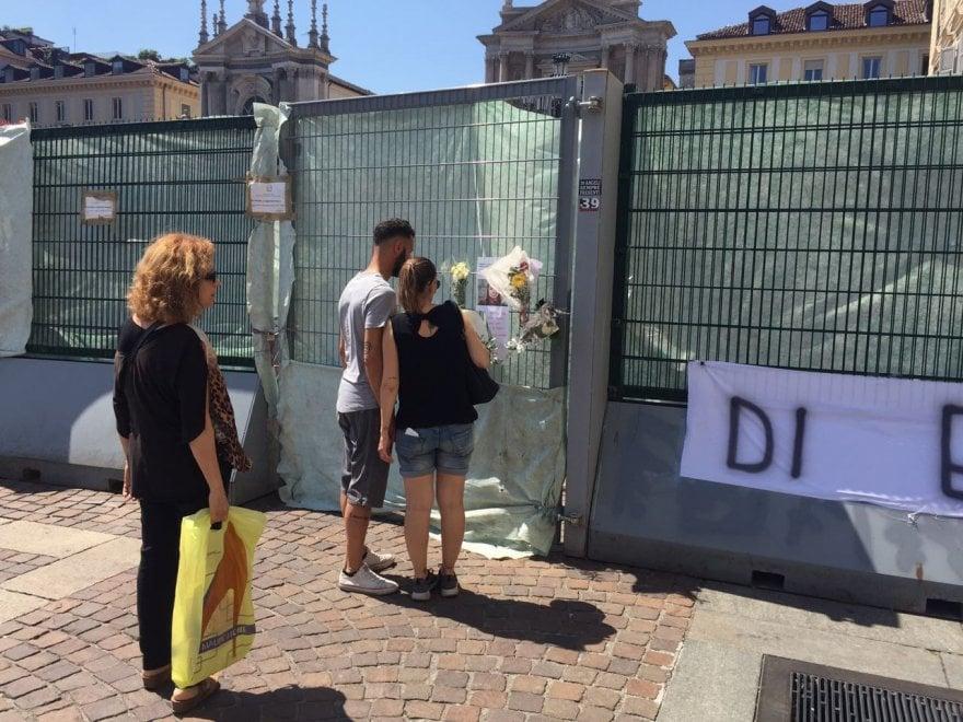 L'omaggio dei torinesi a Erika, morta dopo la notte tragica in piazza San Carlo