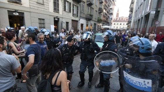 Scontri violenti nel cuore della movida torinese: un poliziotto picchiato, cariche delle polizia