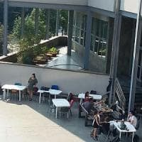 Torino, a Palazzo Nuovo aule troppo calde: gli studenti  sul terrazzo