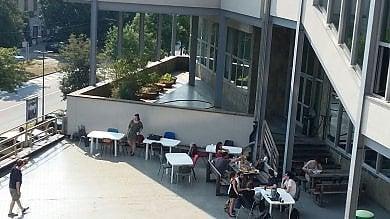 Torino, a Palazzo Nuovo aule troppo calde: gli studenti vanno sul terrazzo
