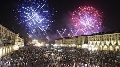Torino, i fuochi di San Giovanni sono un flop:  poca gente nella piazza blindata  /   ft    -    vd