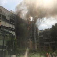 Palazzo a fuoco a due passi dalla Gran Madre una donna bloccata dal fuoco