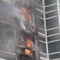 Fiamme in un alloggio, donna e cane salvati dai vigili del fuoco