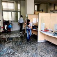 Disoccupata si dà fuoco all'Inps, le foto del dramma di Torino