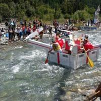 Valsusa, la folle gara giù per le rapide con le barche di cartone