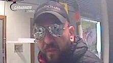 In banca nessuno  ascolta il rapinatore:  il colpo è un fiasco