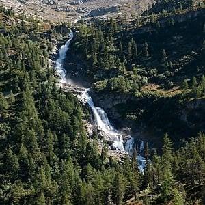 Sotto le cascate del Rutor, una doccia naturale per rinfrescare l'estate della montagna ...
