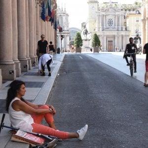 Torino, via Roma senza panchine: chi è stanco si siede sul marciapiede