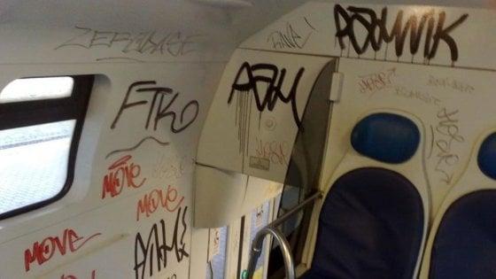 Imbrattano i vagoni sul treno Susa-Torino, denunciati tre ragazzi