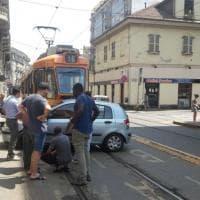Torino, auto non rispetta lo stop e tram la trascina per 10 metri: tutti illesi