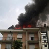 Grugliasco, si incendia il tetto di una palazzina colpito da un fulmine