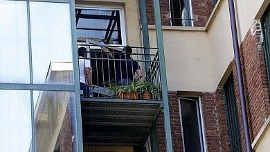Tenta di svaligiare casa del vicino, scavalca  il balcone ma cade dal quarto piano: morto