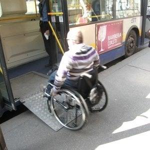 """Torino, autista Gtt lascia a terra una signora col marito disabile in carrozzina: """"Prendete il prossimo"""""""