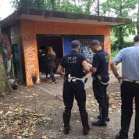 Bivacchi nell'ex zoo di Torino: i vigili sgomberano Parco Michelotti, dieci