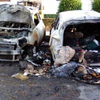 Collegno, incendio nella notte dopo un corto circuito: tre auto distrutte