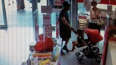 """""""Lezione di furto"""" al bimbo di tre anni  in passeggino: padre e madre denunciati"""
