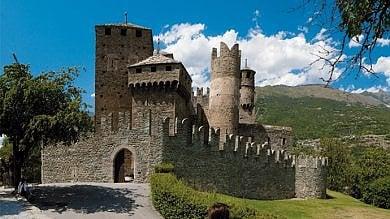 Aosta, cadavere bruciato vicino al castello medievale di Fénis: è mistero