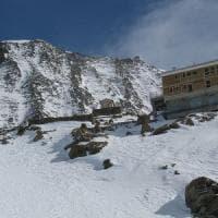 Scala il Monte Bianco con le figlie di 4 e 6 anni in tenuta da trekking,