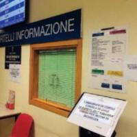 Torino, torna alla carica dopo l'arresto e blocca di nuovo l'anagrafe: stavolta